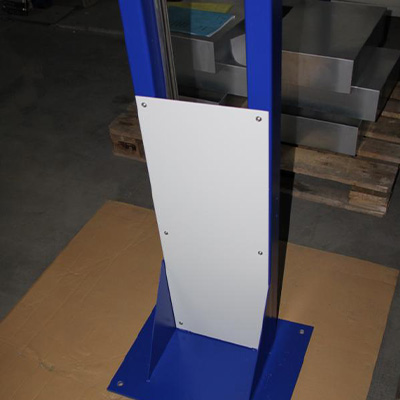 Rahmenkonstruktion aus Profilrohr mit Verkleidungsblech. Fertigung Bandsäge, schweißen, Lackierung Nasslack nach RAL