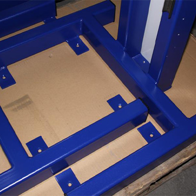 Rahmenkonstruktion aus Profilrohr mit Verkleidungsblech. Fertigung Bandsäge, Schweißverfahren MIG, Lackierung Nasslack nach RAL