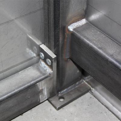 Schweißkonstruktion mit teilweise lösbaren Schraubenverbindungen
