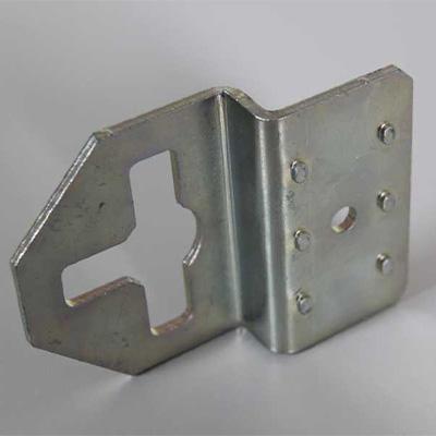 Stanz-Nibbelteil mit Zentrierwarzen und Umformung auf der Biegepresse